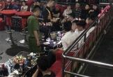 Quán bar ở Sài Gòn hỗn loạn khi cảnh sát ập vào kiểm tra