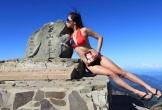 Mặc bikini leo núi, cô gái chết cóng vì lạnh