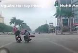 Tên cướp chạy xe máy giật điện thoại ngay trên đường