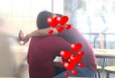 Bức ảnh cặp đôi vô tư hôn môi, bàn tay đặt sai chỗ tại quán trà sữa khiến nhiều người lắc đầu ngao ngán