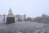 Tuyết bất ngờ rơi mạnh trên đỉnh Fansipan