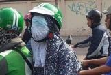 Ngồi vắt chéo một bên trên xe máy, nữ 'ninja' dùng khẩu trang bịt kín mắt khiến nhiều người vừa buồn cười vừa khó hiểu