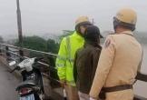 Hai cảnh sát giao thông cứu người phụ nữ mang thai định nhảy cầu tự tử