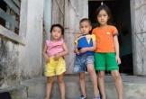 Bố nghiện ngập đi tù, mẹ nguy kịch vì tai nạn giao thông, 3 đứa trẻ hàng ngày ngồi đầu ngõ ngóng chờ trong nước mắt