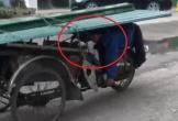 Clip: Xe máy chở tôn kiểu không giống ai khiến người xem rợn tóc gáy