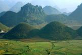 Núi đôi lạ mắt giữa thung lũng ở Hà Giang