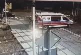 Xe cứu thương bị tàu hỏa đâm với tốc độ kinh hoàng
