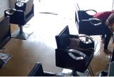 Vị khách nữ đến tiệm làm tóc trộm sấp tiền ở bàn ông địa khiến nhiều người ngao ngán: 'Đến thánh thần cũng không tha'