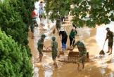 Bộ đội tất bật dọn dẹp bùn đất tại trường học sau lũ lịch sử