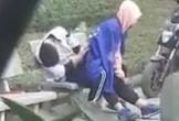 Cặp đôi mặc đồng phục có hành động nhạy cảm giữa công viên, bao người chứng kiến
