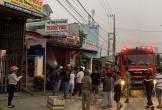 Giải cứu hai cha con mắc kẹt trong đám cháy tòa nhà 3 tầng ở Quảng Ngãi