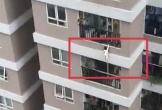 """Bé gái 2 tuổi rơi từ tầng 12A xuống được nam """"shipper"""" cứu thoát"""
