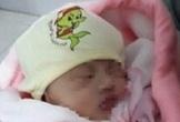 Một bé gái sơ sinh bị bỏ rơi ở tiệm tạp hoá phải nhập viện khẩn cấp