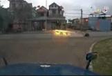 Sang đường thiếu quan sát, 2 xe máy va chạm kinh hoàng và văng xa hàng chục mét