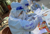 Nữ sinh trường Y trong bộ đồ bảo hộ ghi dòng chữ 'chưa có người yêu' gây sốt