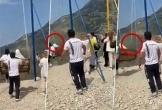 Hãi hùng xích đu bị đứt, 2 cô gái rơi xuống vách núi