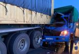 Tông đuôi xe đầu kéo, phụ xe tải tử vong mắc kẹt trong cabin