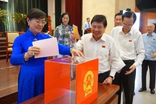 Các đại biểu HĐND TP.HCM bỏ phiếu tín nhiệm 30 cán bộ chủ chốt
