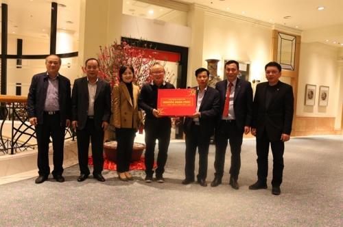 Thủ tướng tặng quà HLV Park Hang Seo